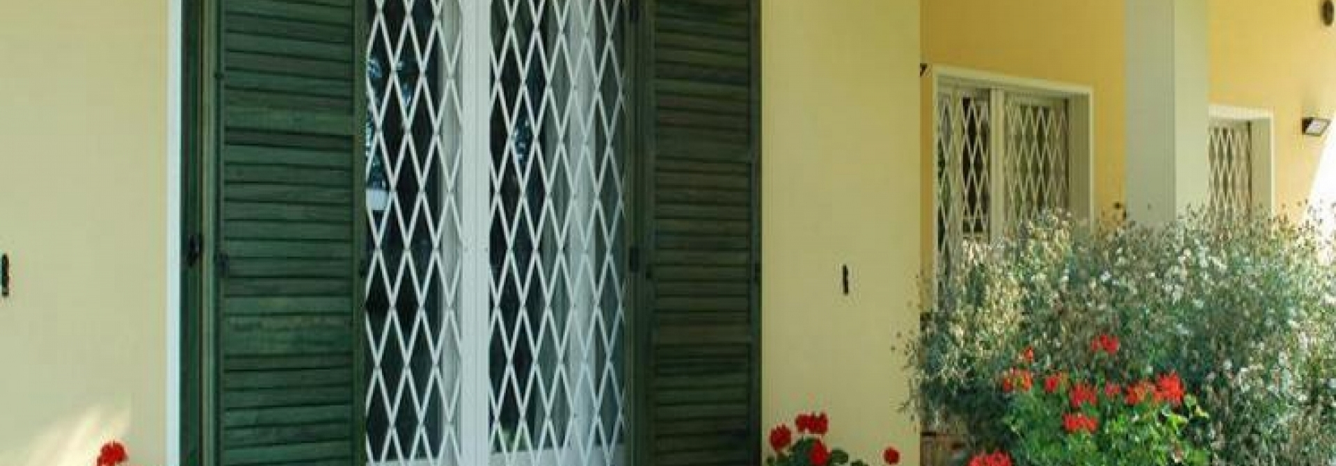 Cancelli di sicurezza apribili bologna cancelli estensibili di sicurezza inferriate mobili - Inferriate estensibili per finestre ...